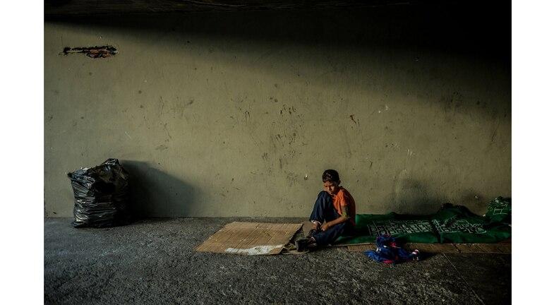 Eduardo José Martínez, de 13 a?os, en un parque de patinaje en Caracas, donde vive con otros ni?os y adultos indigentes