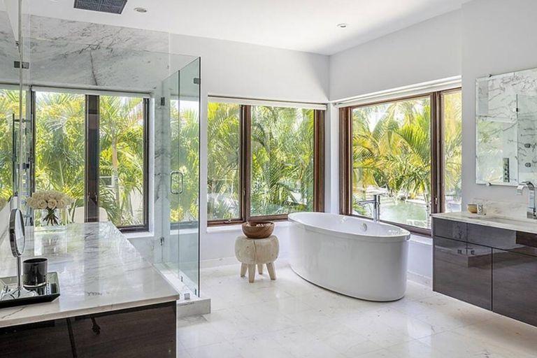 La casa cuenta con nueve baños