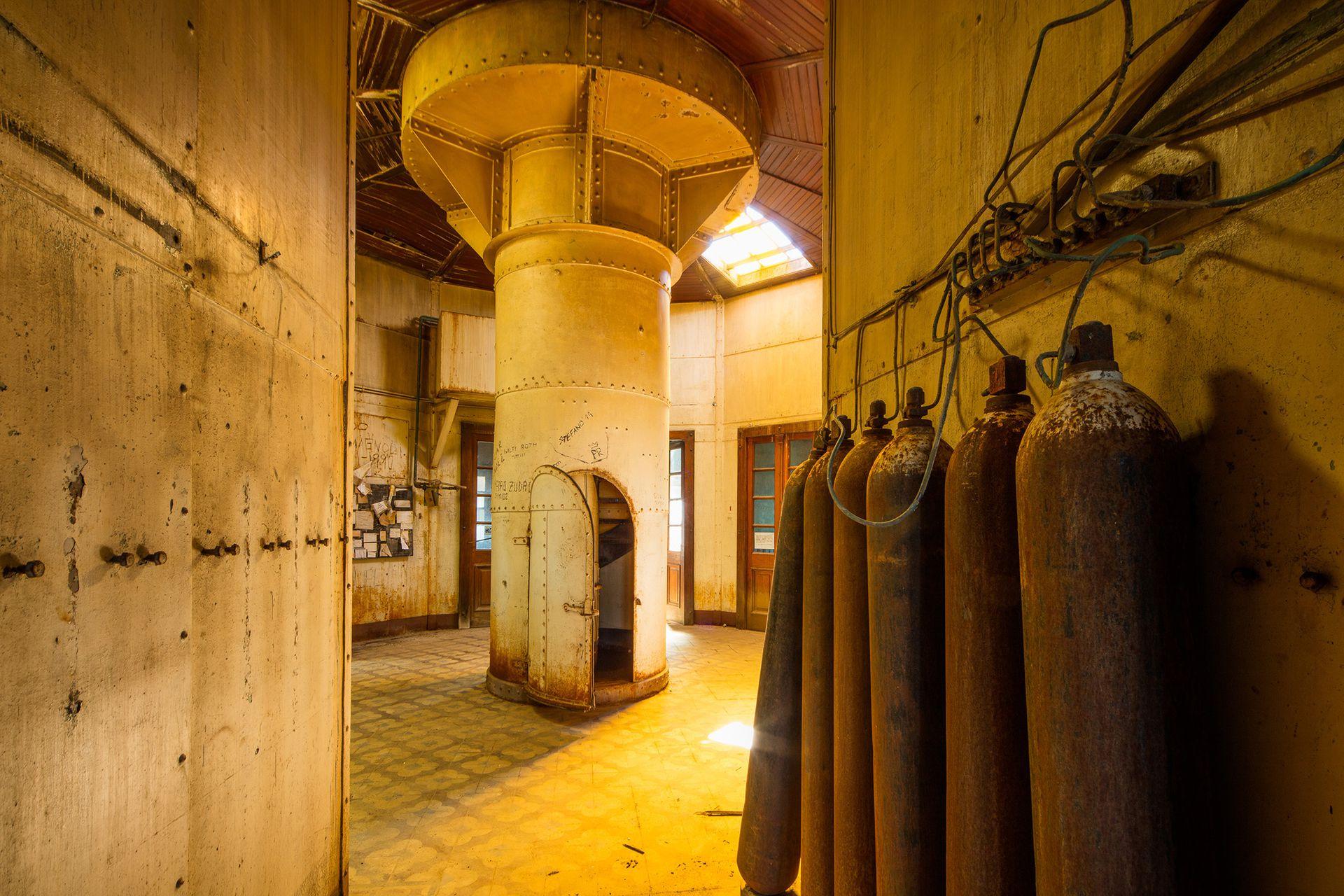 Los tubos de gas que alimentaban los faros hace décadas. Aquí en Isla Leones, ya no se usan. Ni el gas, ni el faro.