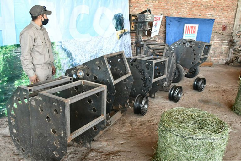 Diseñada por investigadores del INTA, la rotoenfardadora de arrastre compacta permite la obtención de rollos de hasta 40 kilos, según el tipo de pasturas