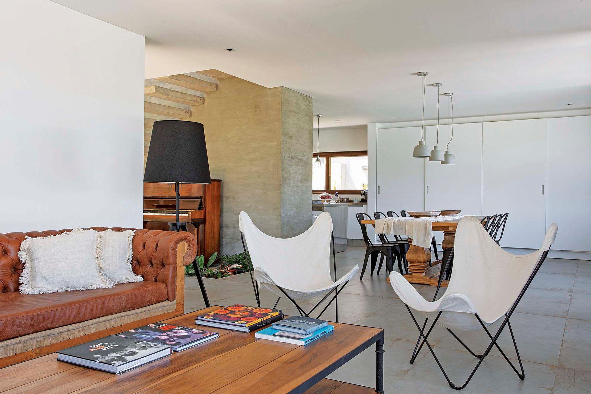 Con cuatro puertas blancas (mismo color de las paredes) de piso a techo, el armario queda disimulado como cabecera del comedor y paso hacia la cocina.