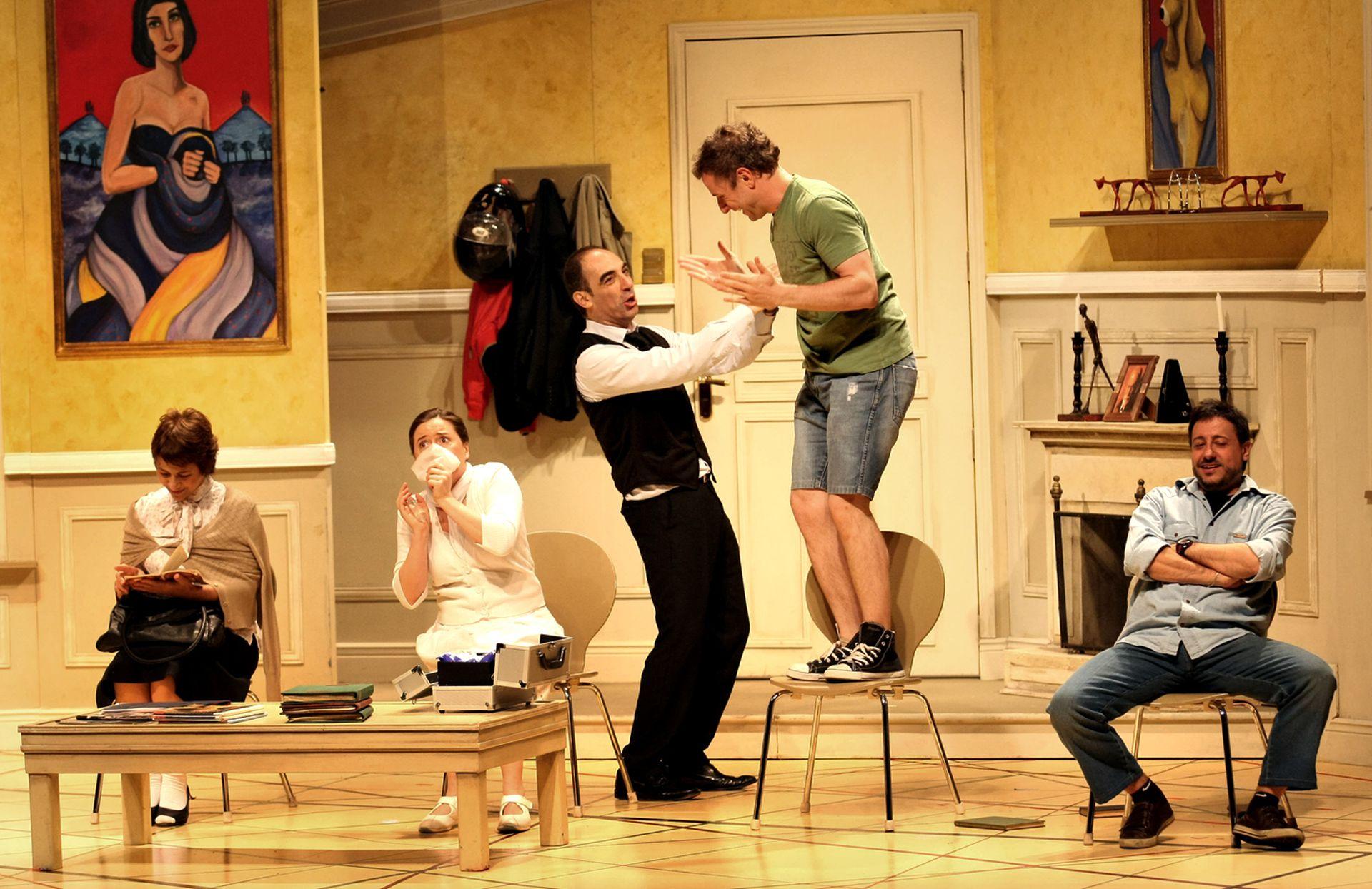 La primera en dejar el elenco fue Gimena Riestra, a quien reemplazó la talentosa Eugenia Guerty, acá en una escena, con María Fiorentino, Daniel Casablanca, Mauricio Dayub y Diego Gentile, en el Teatro Neptuno, Mar del Plata (2012)