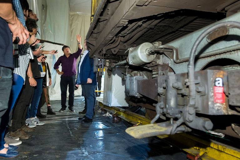 Aníbal Rojas, de la empresa Borg contratada por Metrovías para realizar el plan de gestión integral de asbesto, explica los detalles del procedimiento
