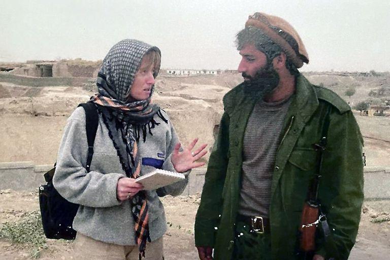 Elisabetta Piqué en Afganistán, durante la invasión norteamericana de 2001
