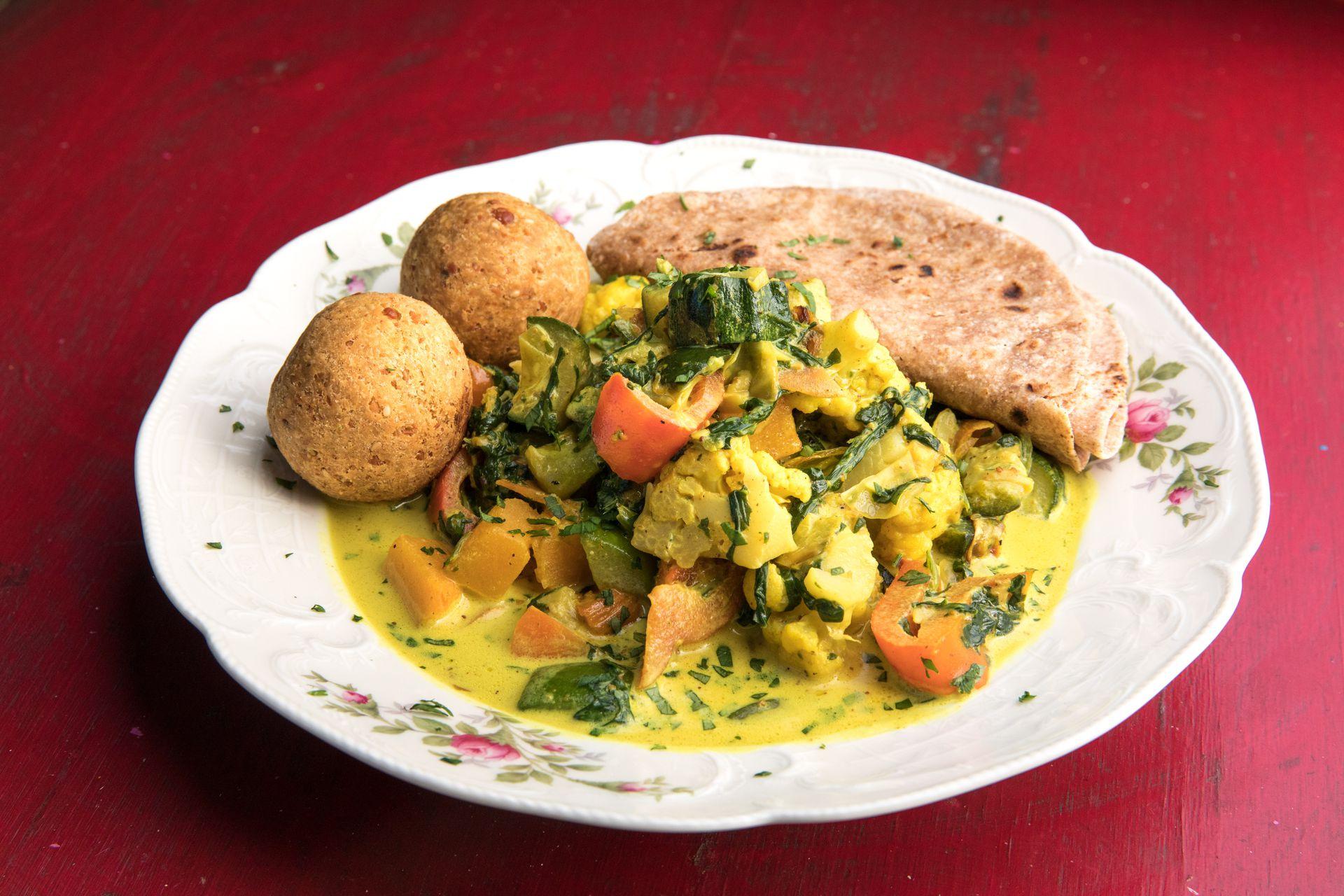 Curry de vegetales con vadas y chapatis.