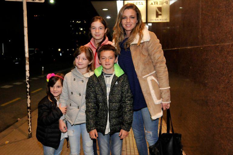 Geraldine Neumann, sus hijos Helena y Matías y dos de sus sobrinas, antes de ingresar al tradicional estadio porteño