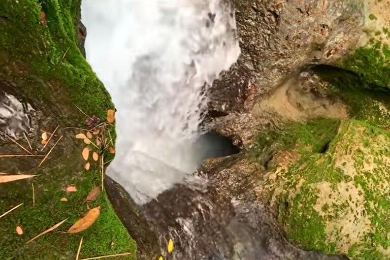 Viral: dos turistas se tiran en una cascada en la selva y desaparecen en un pozo