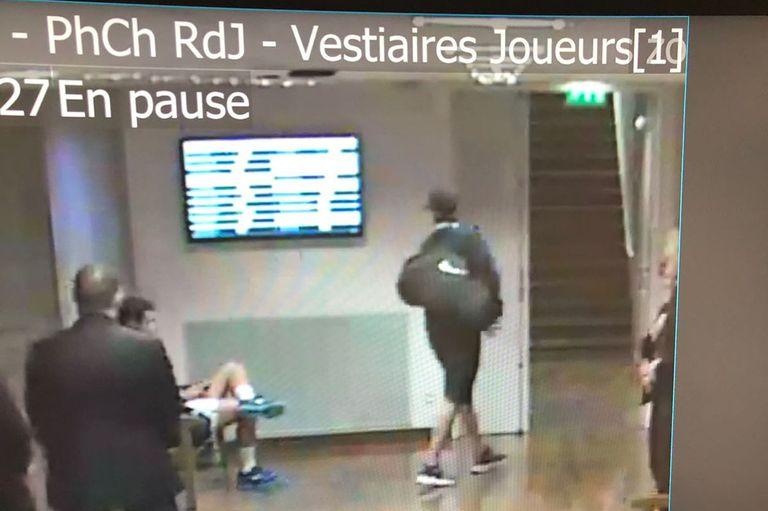 El supuesto ladrón, yéndose con un bolso del vestuario de Roland Garros
