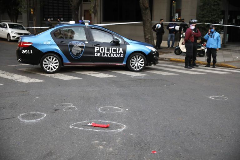 En medio de la calle, el cuchillo utilizado por el asesino