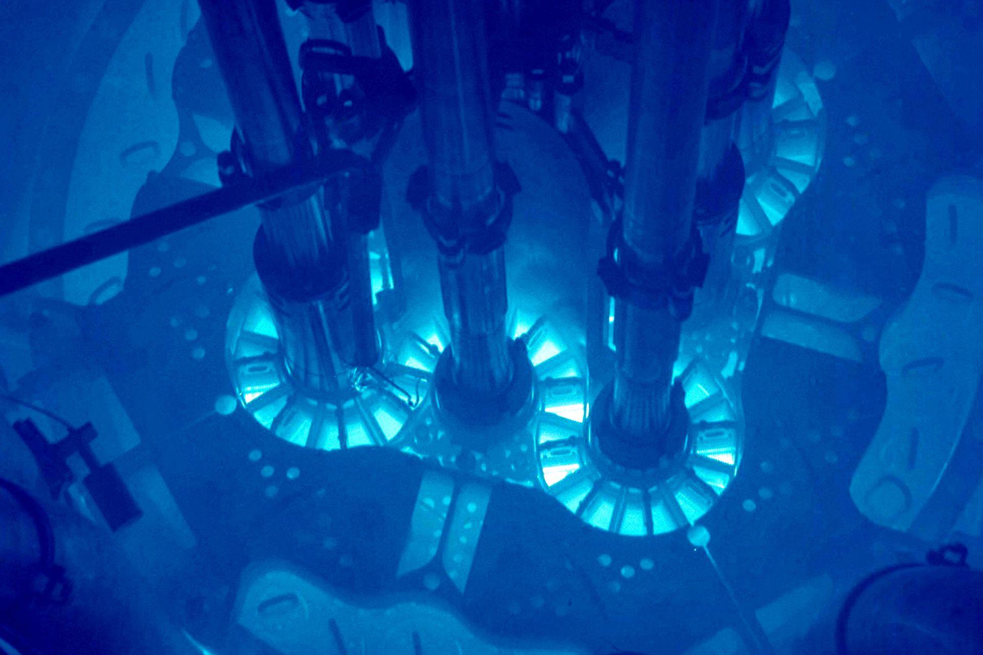 El núcleo de un reactor sumergido en agua