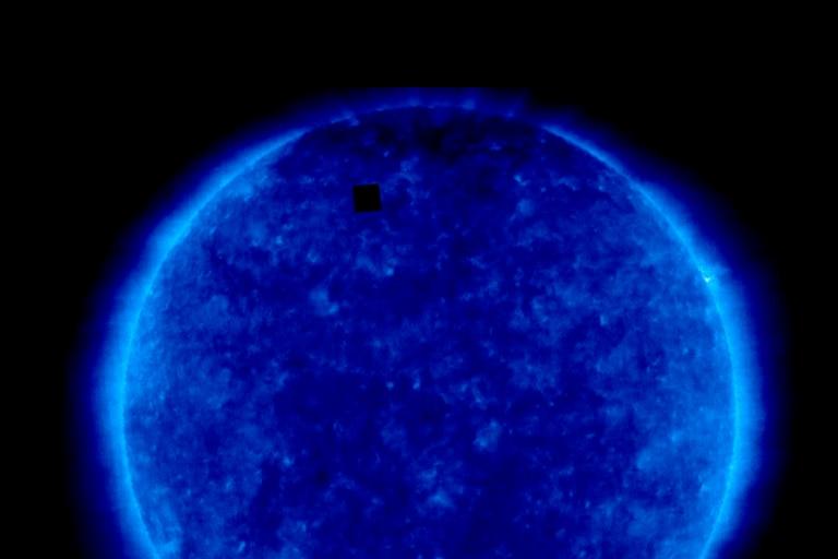 Al ver la imagen tomada por SOHO, muchos creyeron que se trataban de naves espaciales u OVNIs. Pero un especialista reveló qué es lo que sucedió