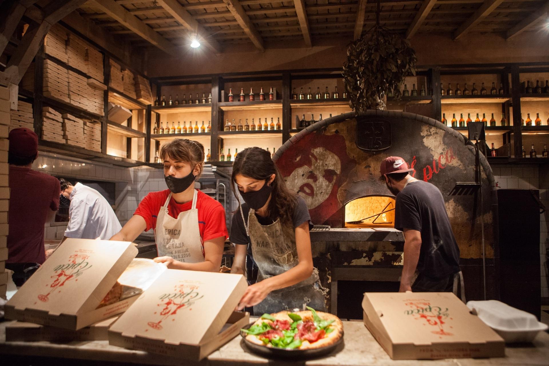 El gran horno, corazón de la nueva pizzería La Épica, frente al Parque Saavedra.