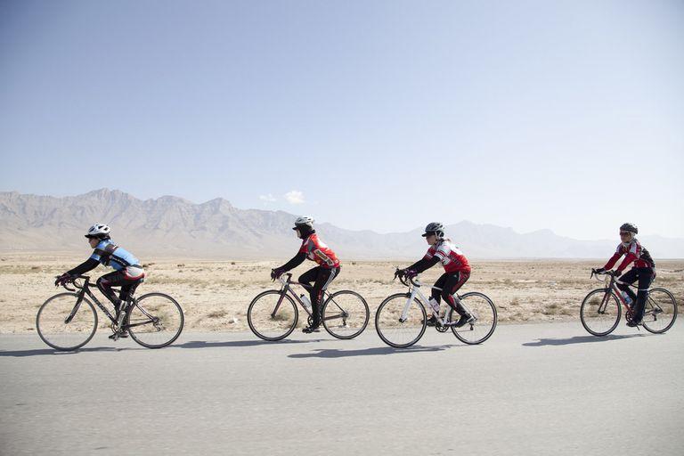 La bicicleta, un vehículo literal y metafórico de libertad para mujeres que buscan un cambio social arriesgando sus propias vidas