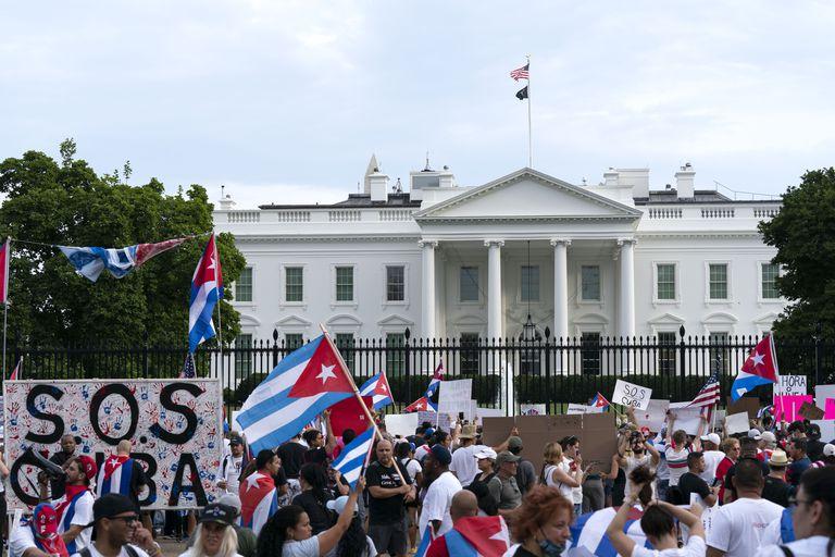 Manifestantes protestan contra el gobierno de Cuba durante una marcha frente a la Casa Blanca, el sábado 17 de julio de 2021, en Washington. (AP Foto/José Luis Magaña)