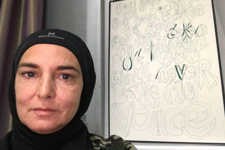 """Sinéad O'Connor dice que no quiere volver a compartir tiempo con """"gente blanca"""""""
