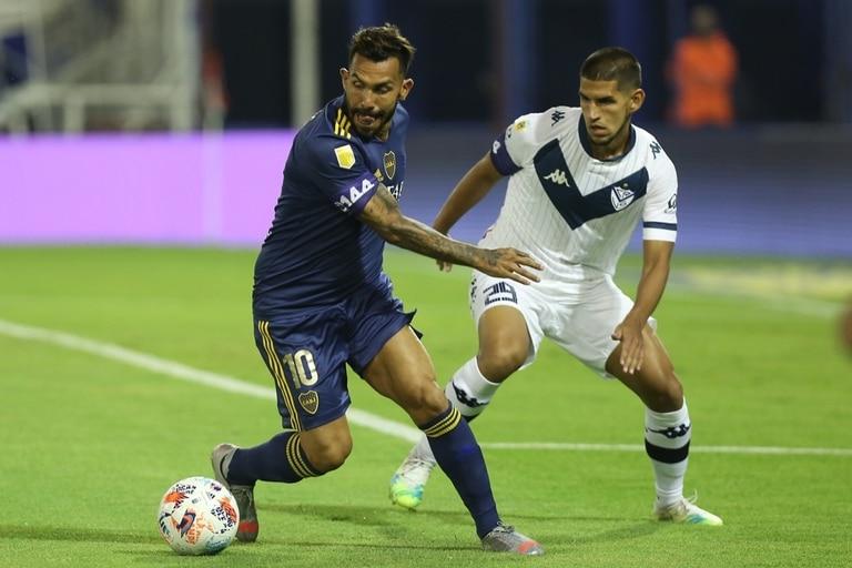 Carlos Tevez domina la pelota ante la marca de Abram; Boca consiguió una goleada histórica ante Vélez en Liniers