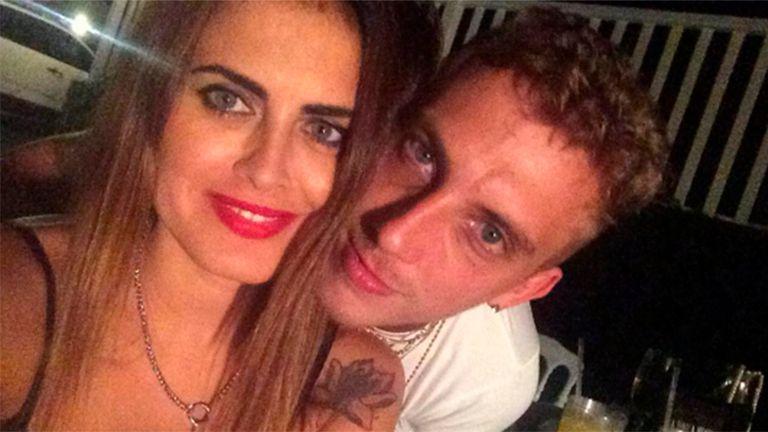 La actriz y el cantante compartieron la noticia de su compromiso en las redes sociales