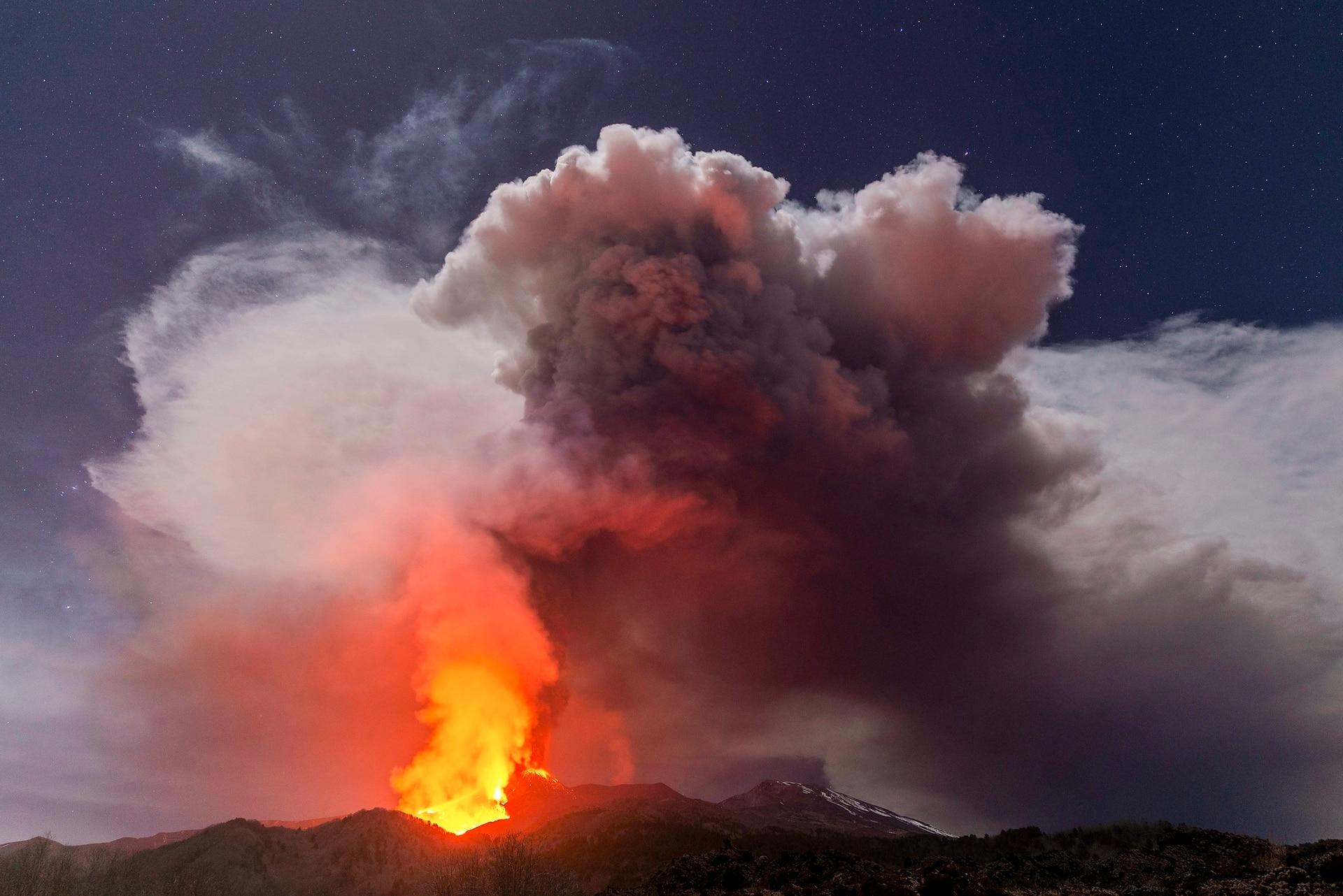 El volcán ilumina el cielo lanzando lava, humo y cenizas que alcanzan los 500 metros de altura