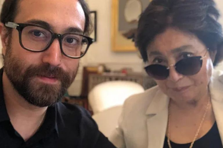 Sean Ono Lennon junto a Yoko Ono