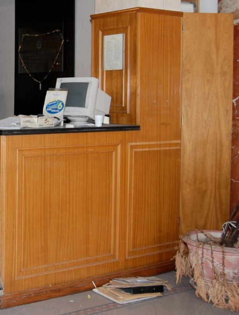 A la derecha, la maceta ubicada en el lobby del hotel Central Park en la que se escondió el dinero de la recaudación