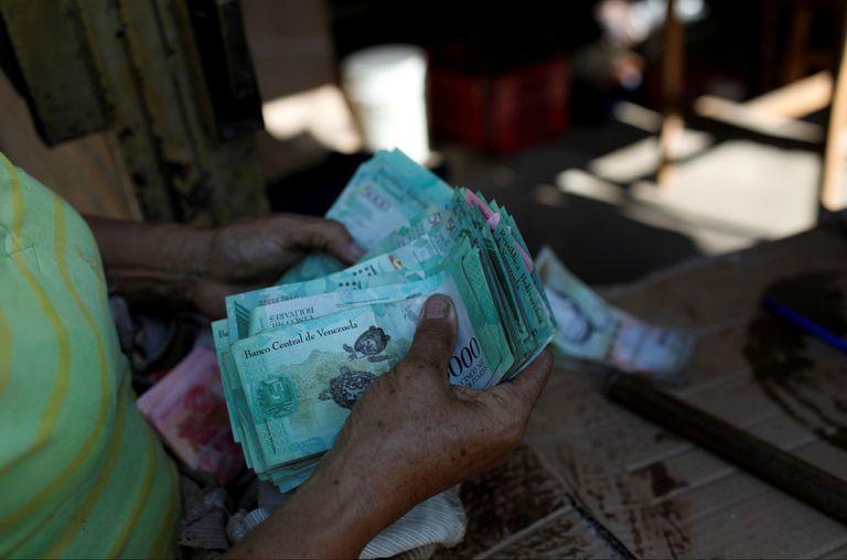 Dólares, cuentas extranjeras y criptomonedas: cómo pagar algo en Venezuela sin morir en el intento