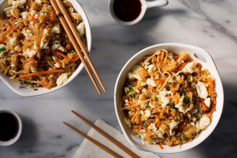Yakimeshi, arroz con verduras, huevos y hongos