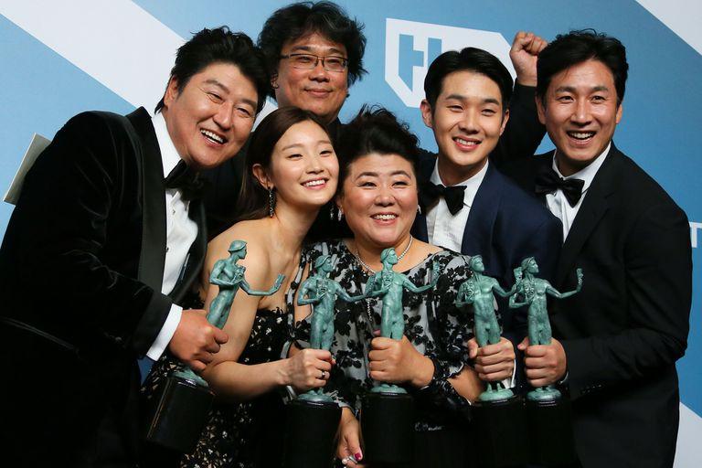Parte del elenco de Parasite tras recibir el premio a mejor elenco en los SAG