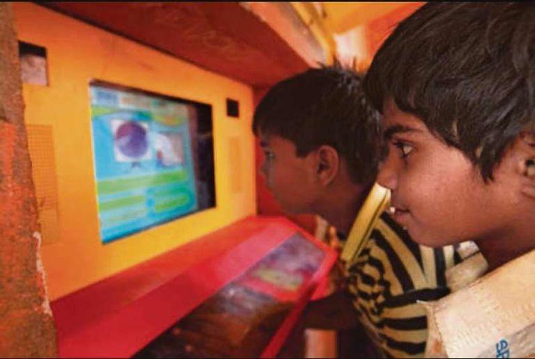 """El experimento """"El agujero en la pared"""", realizado por Sugata Mitra, demostró que los niños tienen una capacidad innata para aprender"""