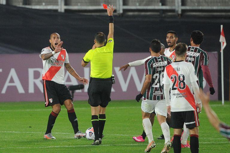 La expulsión a Jonatan Maidana, a los 21 minutos de la segunda mitad; el defensor no podrá participar en el partido de ida de la serie de octavos de final.