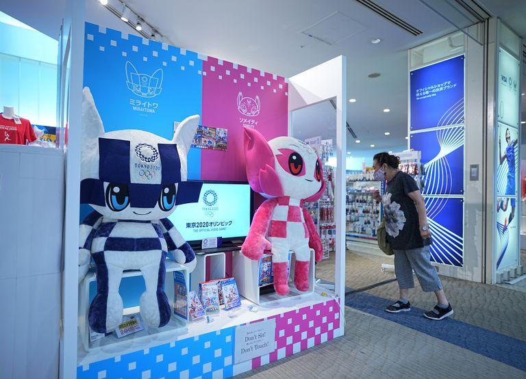 Una mujer entra en una tienda de fans de los Juegos Olímpicos.