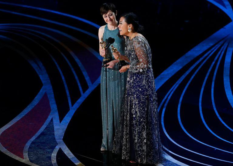 Domee Shi y Becky Neiman-Cobb aceptan el Oscar por Mejor Corto Animado