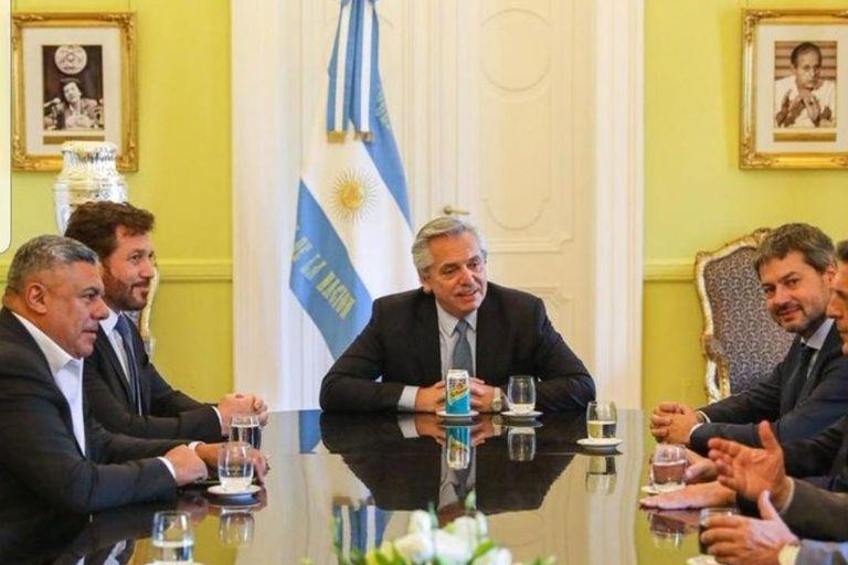 El presidente Alberto Fernández apoyó la organización de la Copa América por parte de la Argentina y junto a Colombia. En la foto, durante una reunión a fines de 2019 en la Casa Rosada junto a Alejandro Domínguez, Claudio Tapia, Matías Lammens y Sergio Massa.