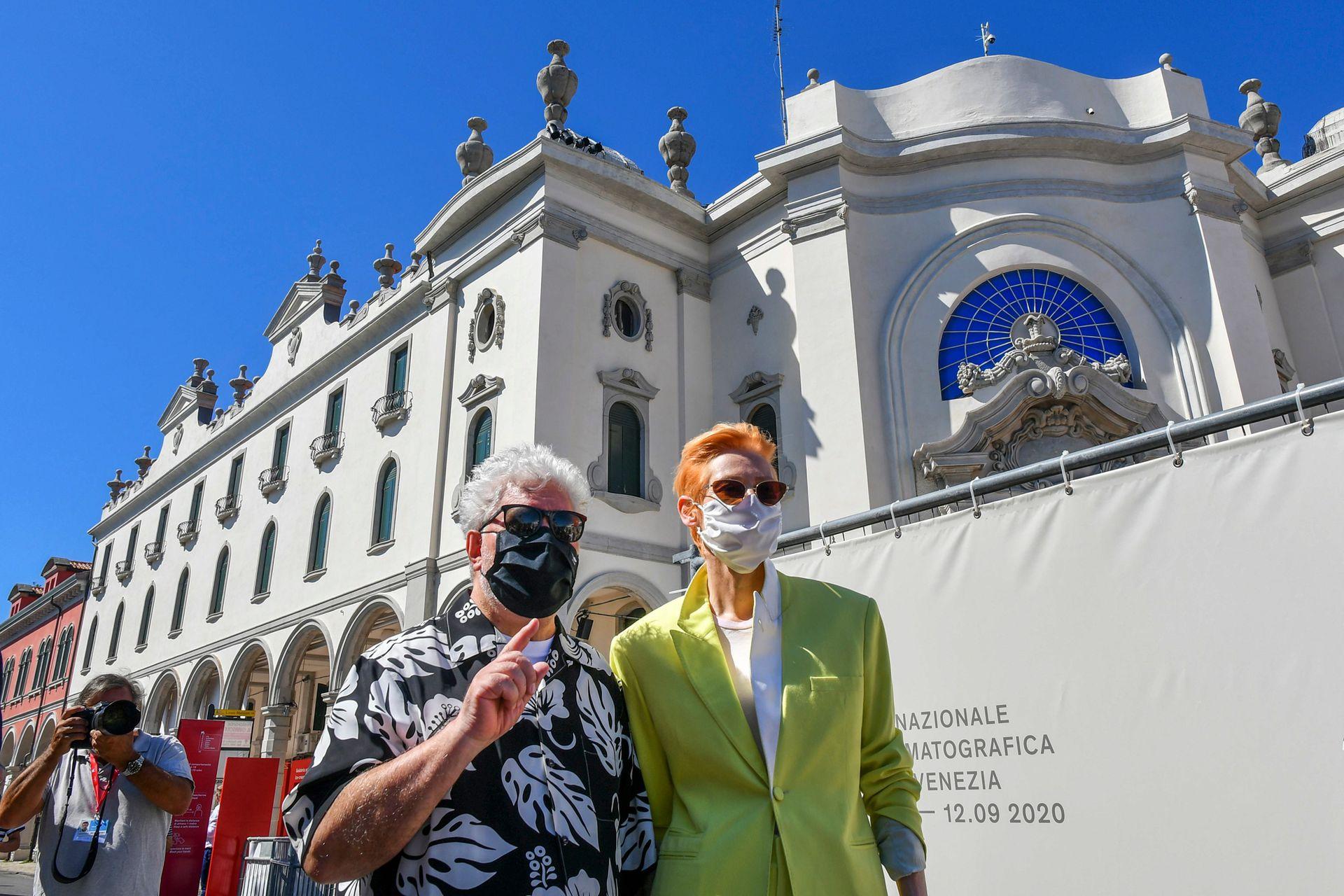 """El director español Pedro Almodóvar y la actriz británica Tilda Swinton, ambos con tapabocas, en el photocall de la película """"La voz humana"""" presentada fuera de competencia en el segundo día del 77 ° Festival de Cine de Venecia"""