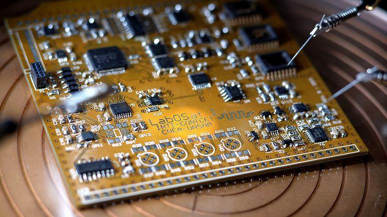 LabOSat, la placa que está en los satélites Freso y Batata y permite probar tecnología de memorias hecha en el país