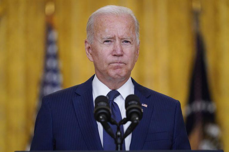 El presidente Joe Biden habla sobre las explosiones en el aeropuerto de Kabul en las que murieron al menos 12 militares estadounidenses en la Casa Blanca, en Washington. (AP Foto/Evan Vucci)