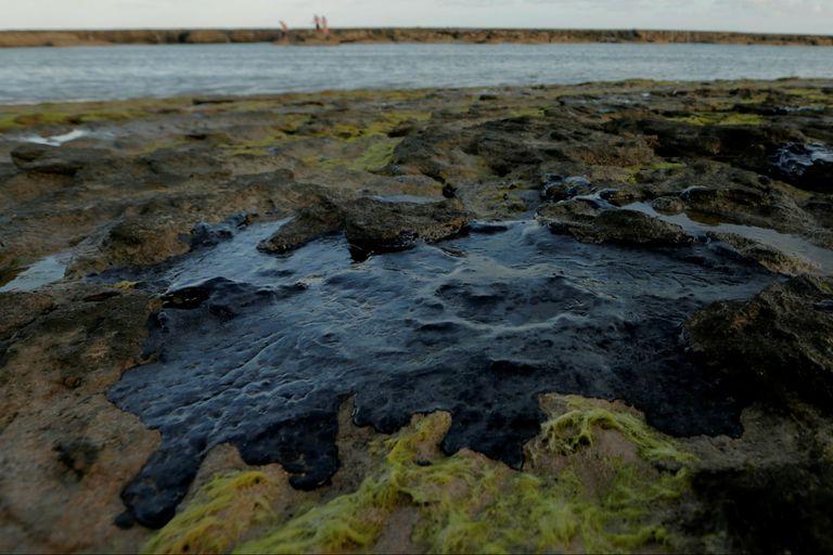 A partir del 2 de septiembre comenzaron a vislumbrarse misteriosas manchas de petróleo en 132 playas del nordeste de Brasil