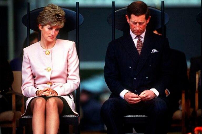 En plena decadencia de su matrimonio, Lady Di sorprendió a la prensa y al príncipe Carlos con un atuendo que pasaría a la historia
