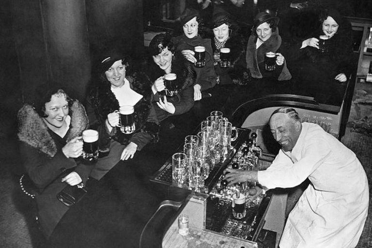 Jazz, automóviles, radio, flappers, bailes y cócteles grabaron en el imaginario colectivo un mundo frenético y hedonista que logró renacer de los escombros de la Primera Guerra Mundial. ¿Por qué luego de un siglo los Roaring Twenties persisten en ser recordados? ¿Cuál ha sido su legado?