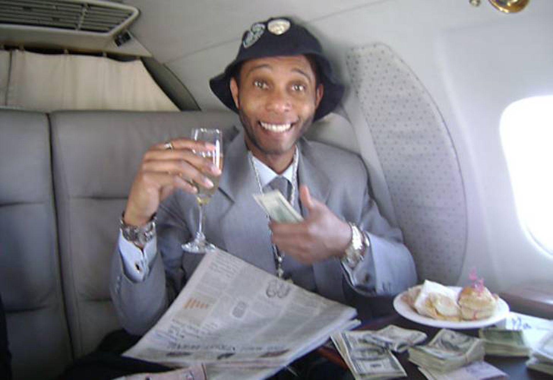 En sus tiempos de bonanza económica, Patrick volaba en aviones privados y posaba con fajos de dólares.