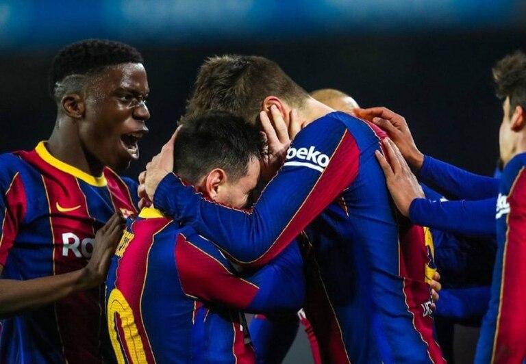 El abrazo de Messi y Piqué, los jefes del vestuario, encierra mucho desahogo por la difícil temporada que atraviesa Barcelona.