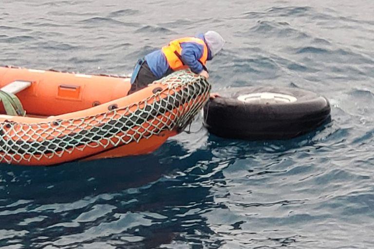 Hallaron partes del avión y restos humanos en el mar