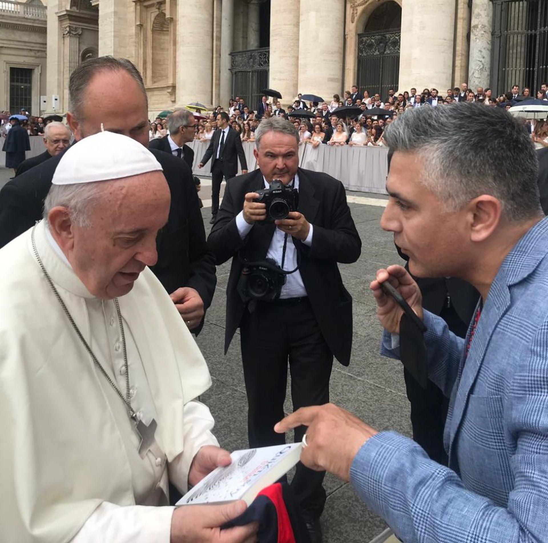 """Hugo con el Papa Francisco el día que le entregó su libro: """"Quién soy, en busca de la identidad"""""""