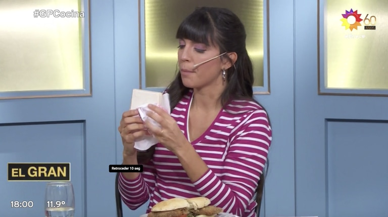 """Pizarro mostró que tenía dos sandwiches de miga de jamón y queso en su cartera. """"Bien envueltos así no se secan"""", comentó divertida."""