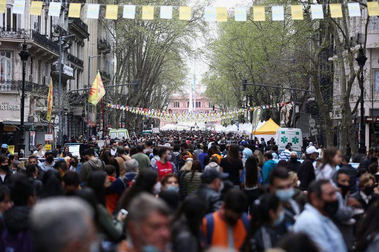 Una feria multitudinaria en la Avenida de Mayo, hito hacia la nueva normalidad