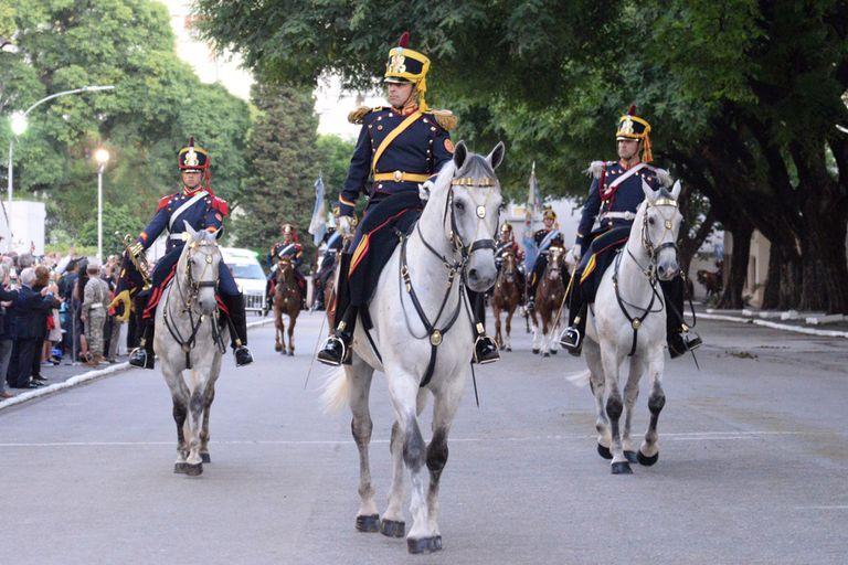 El jefe del regimiento, coronel José María Protti, encabeza el desfile en conmemoración al aniversario de la creación de Granaderos.