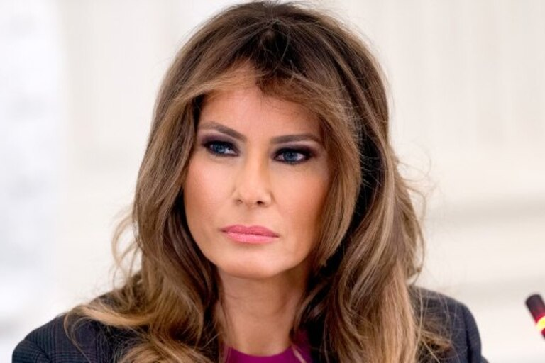Tras abandonar la Casa Blanca horas antes de la asunción de Joe Biden, la exprimera dama Melania Trump posó para la prensa con un particular look que reflejó su estado de ánimo