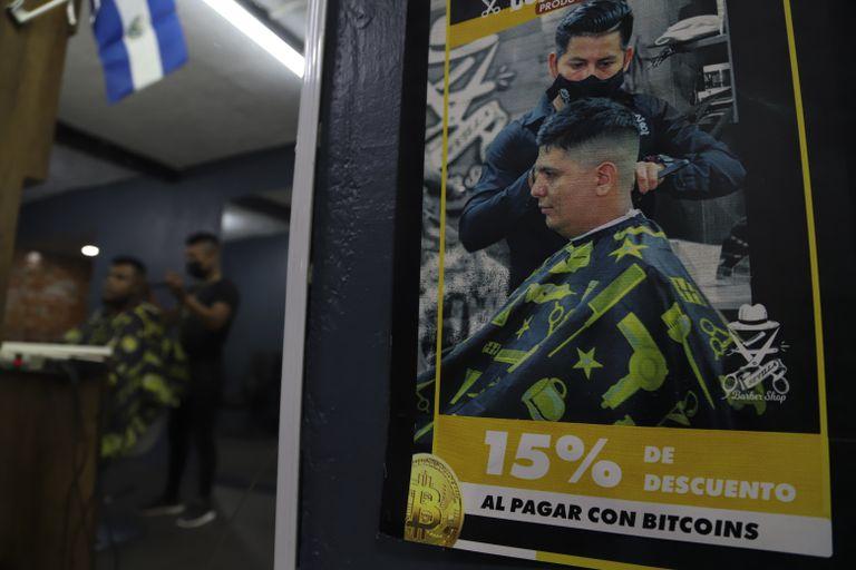 Un cartel dentro de una peluquería anuncia descuentos para quienes paguen con bitcoin en Santa Tecla, El Salvador
