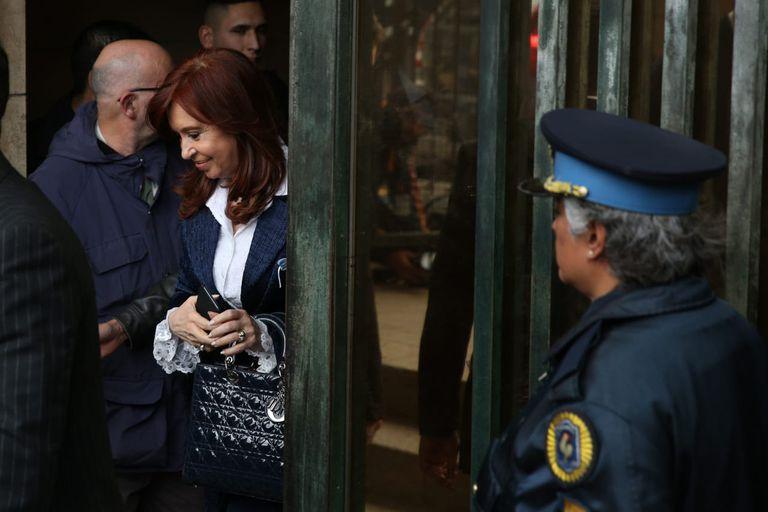 Cristina Kirchner al salir de Tribunales