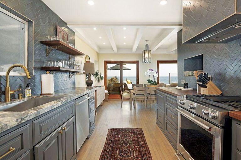 La cocina estilo galera, con mesadas de madera y granito, se abre hacia el comedor.