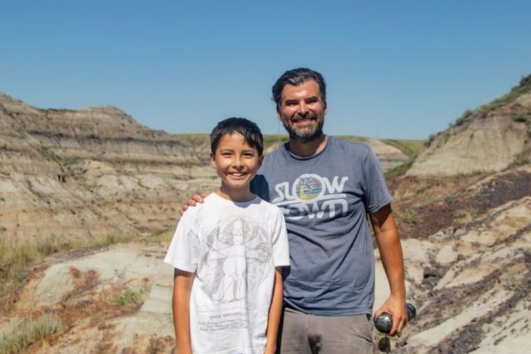Increíble: salió de excursión con su papá y encontró los restos de un dinosaurio